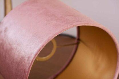 Detail van een fluwelen cilinder lampenkap in het kleur oud roze